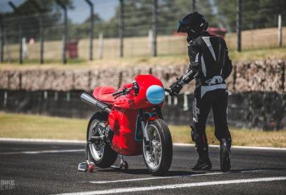 Если бы Ferrari делали мотоциклы: британский кастом Ducati в стиле спорткара