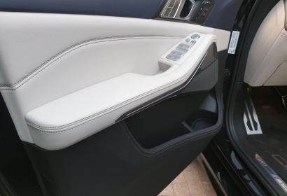 Прокат нового BMW X7 с водителем в Киеве