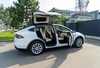 Прокат кроссовера Tesla Model X 100D с водителем в Киеве