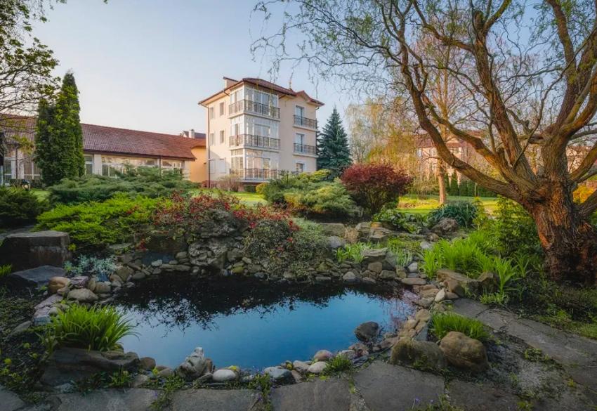 Продажа загородного дома с озером под Киевом в Конча-Заспе